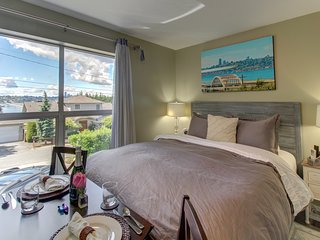 Cozy suite w/ lake and city views, shared hot tub, near parks, shopping, dining