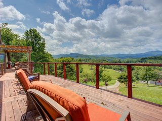 NEW LISTING! Gorgeous dog-friendly cottage w/stunning mountain views & hot tub