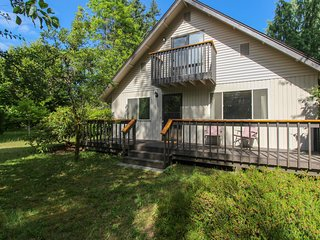 Relaxing house w/private yard & entertainment - walk to the beach!