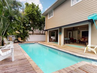 Bay side family home w/private pool, Ping-Pong -2 blocks from Bean Point beaches
