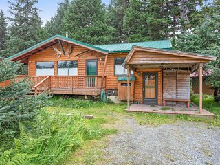 Contemporary cabin w/ private hot tub and gorgeous mountain views!