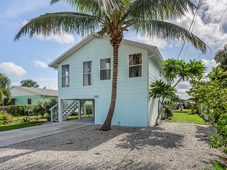 Dog-friendly bay front home w/ entertainment, kayaks & private yard