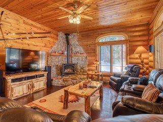 Cozy cabin w/ high-end furnishings & privacy - great for families!