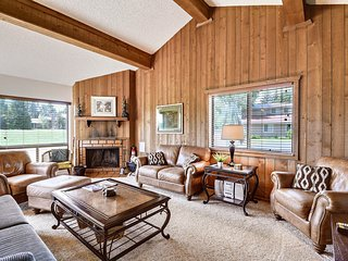 Cozy condo w/rustic decor & fireplace - close to ski, golf & lakes!