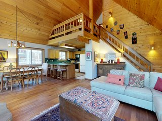 Comfortable cabin w/shared pool, hot tub, tennis - Outdoor activities for all!