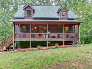 Cozy cabin in the woods w/ decks, access to a shared pool & tennis