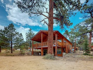 Wonderful location w/full kitchen, furnished deck & mountain views