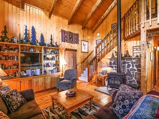 Cozy cabin near golfing, rec center, shopping, dining & skiing