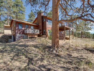 Charming, family-friendly cabin w/ stellar, panoramic Rocky Mountain Views!
