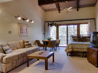 Comfy studio w/shared pool, mountain views, on-site golf, easy access to slopes!