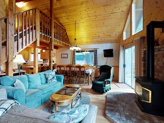 Bright family friendly cabin with shared pool, games, near skiing