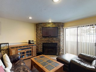 NEW LISTING! Cozy condo with fireplace and shared hot tub - close to ski lifts!