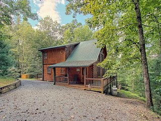 Mountain cabin w/private hot tub, firepit, decks & woodland views