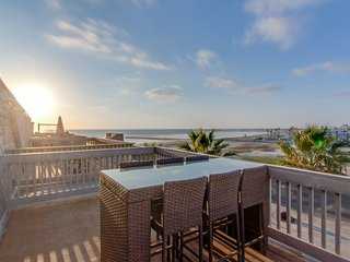 Beachfront ocean-view condo w/ shared pool & hot tub