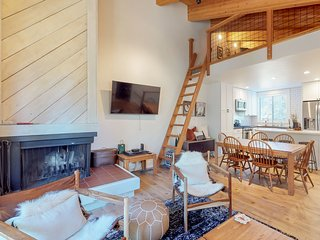 Spacious mountain condo w/deck/fireplace, shared pool/hot tub/sauna