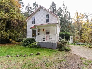 Dog-friendly & charming restored farmhouse near Sequim Bay