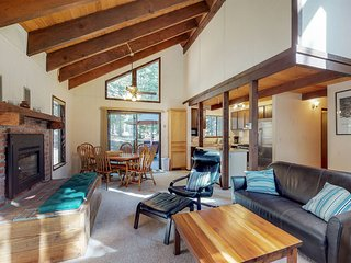 Mountain cabin w/shared pool & hot tub access & gym-close to skiing