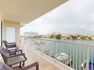 Classic, waterfront condo w/ shared pool & intracoastal views - walk to dining
