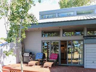 Two-level condo w/patio, near golf & hot springs - dog welcome