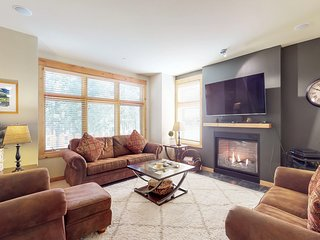 Condo with free WiFi, grill, gas fireplace and close to ski runs!