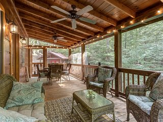 Hillside cabin w/ private hot tub, entertainment & fireplace