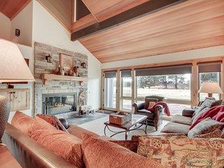 Roomy & updated Sunriver condo w/ great views
