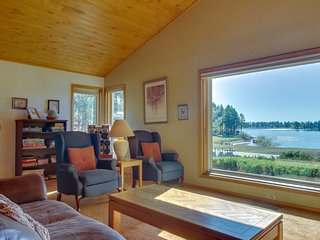 NEW LISTING! Cozy condo w/lake view, hot tub, entertainment & lake access