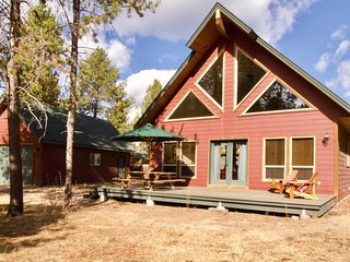 New listing! Spacious cabin w/ a fireplace, full kitchen, Ping-Pong, & a firepit