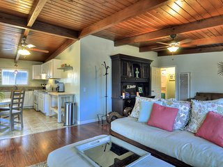 Upstairs duplex w/spacious deck, walk to beach, attractions nearby!