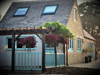 Lamington Cottage is a luxury self contained 2 bedroom garden cottage .