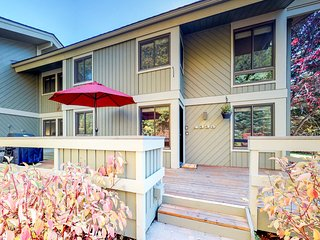 Lovely condo w/access to a shared pool, hot tub,and more!
