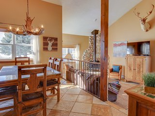 Lovely townhome w/ cozy wood stove & patio - walk to Lake Hatcher!