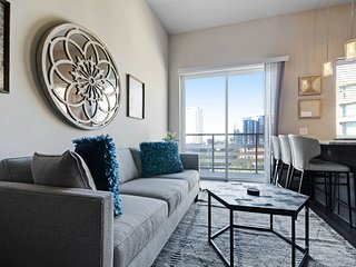 NEW LISTING! Chic condo located in city center w/balcony, shared pool/gym