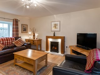 TWEED COTTAGE, pet-friendly, close to river, ground floor bedroom, Cornhill on