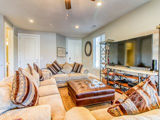 Beautiful townhome in prime location near downtown w/ shared pool and hot tub