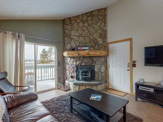 NEW LISTING! Mountain view condo w/shared pool/hot tub/gym, deck & fireplace