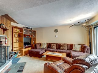 Bright condo with shared pool, hot tub, sauna, gym - walk to lifts!