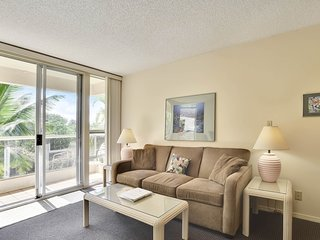 Spacious condo w/ shared pool & hot tub, tennis, beach access across the street!