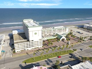 Oceanview studio with four shared pools, location on the beach!