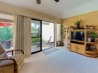 Cozy condo w/shared pool, hot tub, & tennis-walk to the beach