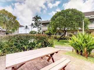 Bright beautiful condo w/shared pools & easy beach access!