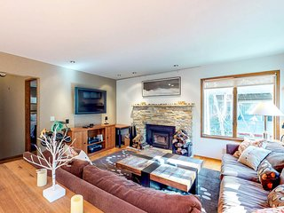Gorgeous home with shared pool, hot tub, and sauna, walk to slopes!