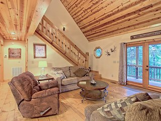 Forest home w/hot tub, decks, foosball/pool table & shared pools - 2 dogs OK
