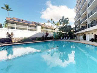 Delightful downtown unit w/ ocean view, shared pool, close to ocean