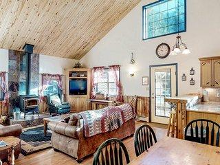 Dog-friendly cabin w/wood stove, hot tub & riverside firepit