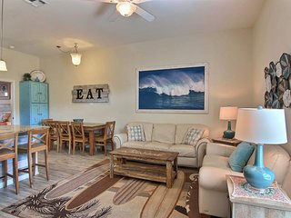 Snowbird-friendly townhome across from beach w/shared pool-dogs OK
