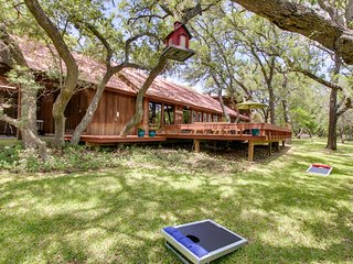 Gorgeous cabin w/ pool, large yard & separate studio - dogs OK!