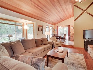 Inviting Sunriver home w/SHARC access to shared pool & hot tub