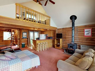 3 separate cabins w/private hot tub-walk to lifts, great for groups