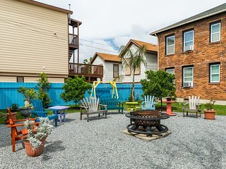 Dog-friendly studio w/shared patio, grill & bikes-500 feet to beach